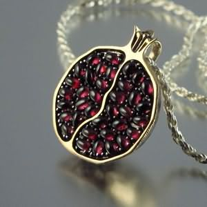 In addition to the jewelry industry, garnet is widely used in modern electronics, instrument-making, construction, etc